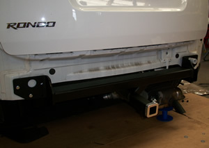 Tow bar being installed on Kia Rondo